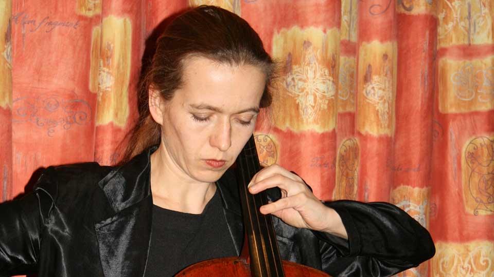 Violoncelliste lors de la lecture de Cinq francs pièce de Fred Vargas