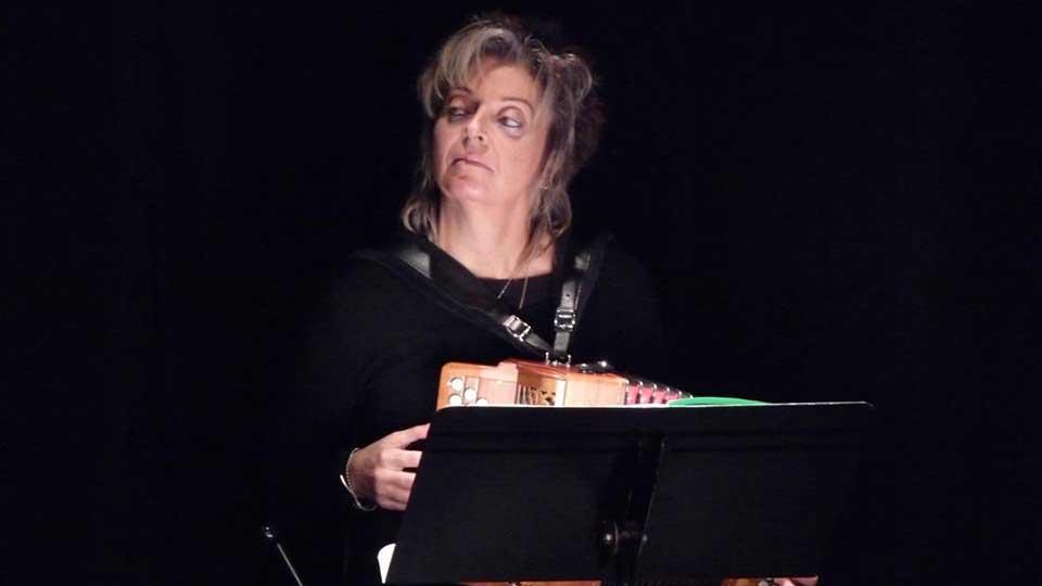 Frédérique Guillemain, accordéoniste de Contes en Bande, dans Aimer à peine - Spectacle de lecture
